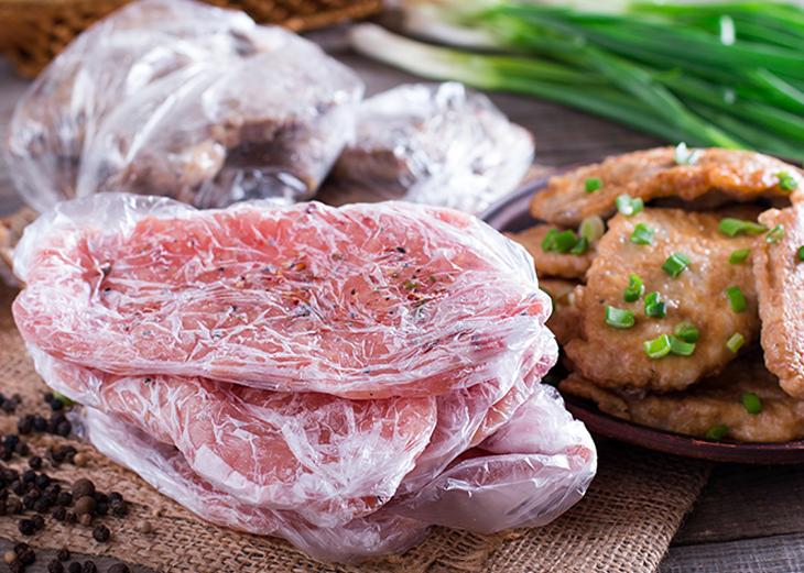 carne cruda si condimentata in pungi transparente