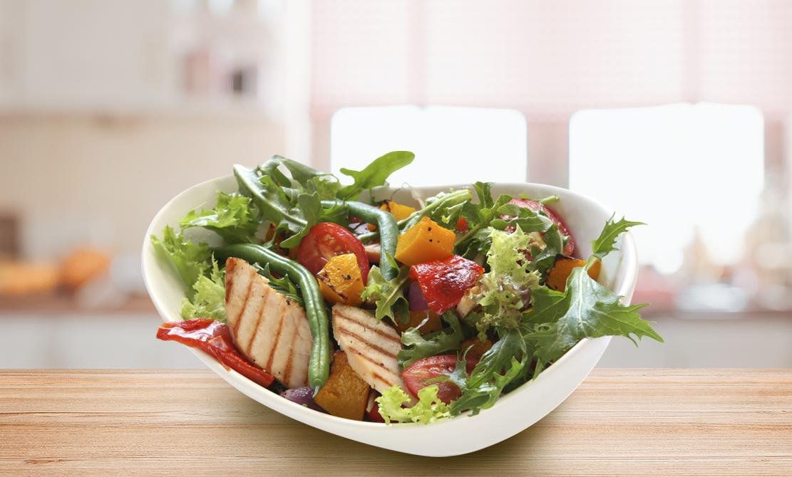 Salată de pui natural cu ardei copți