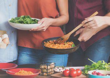 4 preparate cu carne de pui pe care le poate face un student la cămin