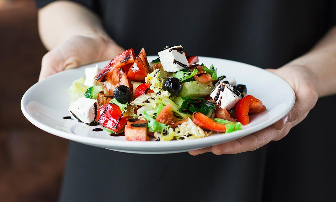 Salată grecească cu piept de pui bio la grătar