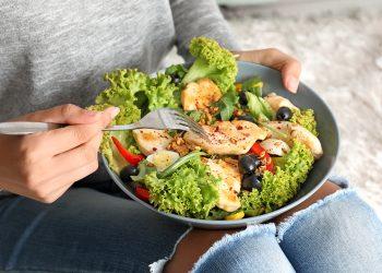 Cum să îți păstrezi un program alimentar sănătos când stai acasă