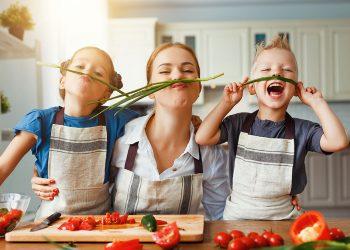 Cum să îi introduci pe cei mici în bucătărie